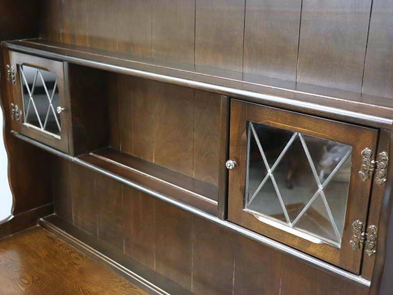 ①ステンドグラスの扉が付いたカップボード