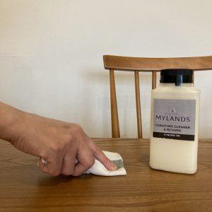 アンティーク家具クリーナーを使用する補修方法