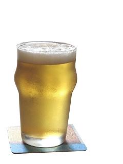 パイントグラスで飲むビール